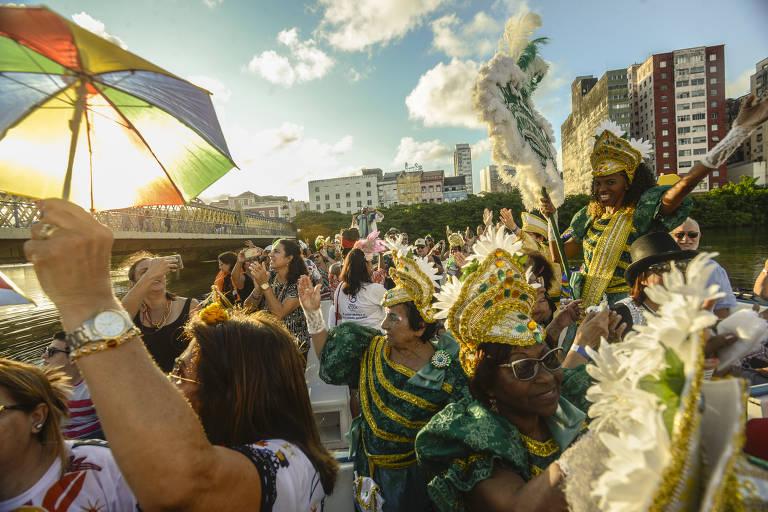 """Recife/Pernambuco - Bloco carnavalesco lírico """"Com você no coração"""" se apresentam em um catamarã durante passeios pelo rio Capibaribe, que corta toda a cidade do Recife"""