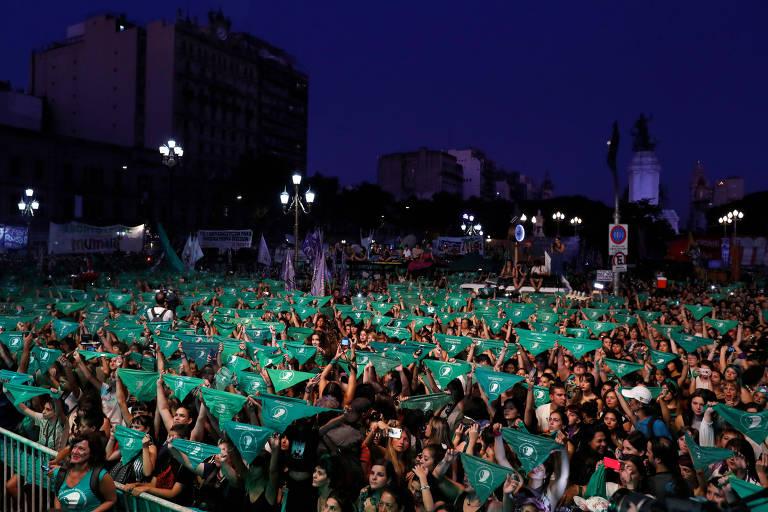 Ativistas levantam lenços verdes, símbolo do movimento pela legalização do aborto na Argentina