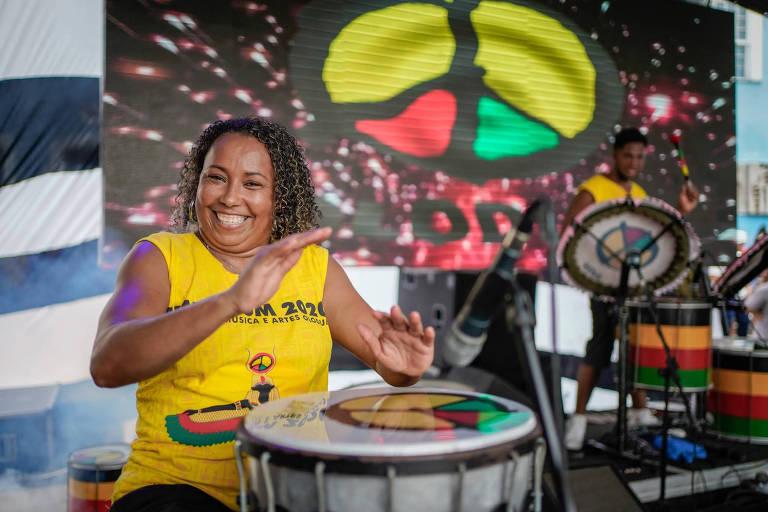 A musicista Andréia Silva Reis, 44, primeira mulher a comandar a orquestra de tambores do Olodum no Carnaval, toca instrumento na sede do bloco