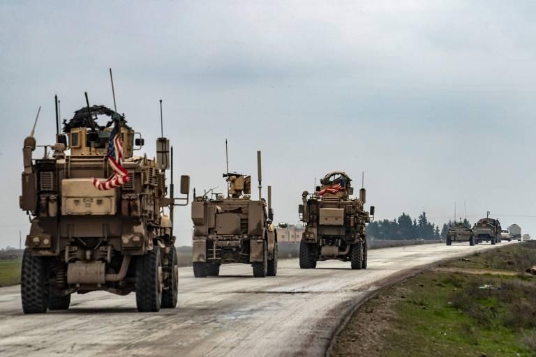Um comboio militar americano atrás de veículos russos na M4, estrada do nordeste da Síria