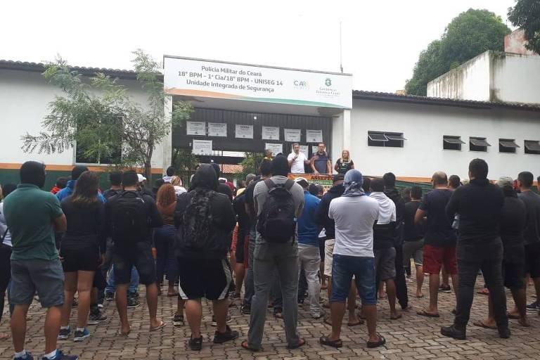 Após tiro em senador, PMs em motim ainda ocupam quartel em Fortaleza