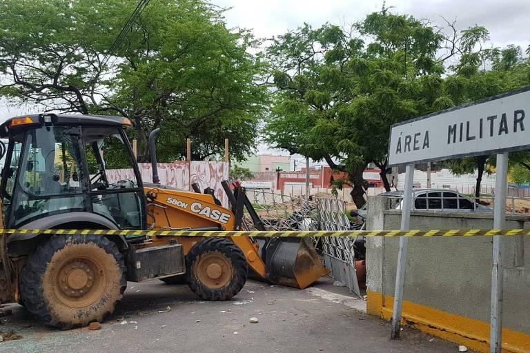 Trator em que o senador licenciado Cid Gomes foi baleado nesta quarta-feira (19) continua parado em frente ao 3° Batalhão da PM de Sobral