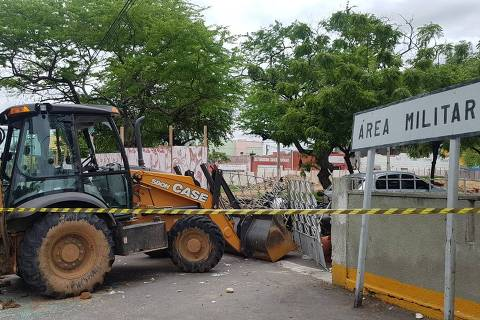FORTALEZA, CE, 20-02-2020 - Trator em que o senador licenciado Cid Gomes foi baleado nesta quarta-feira (19) continua parado em frente ao 3° Batalhão da PM de Sobral e atrai muitos curiosos ao local.  Foto: Marcel Rizzo/Folhapress
