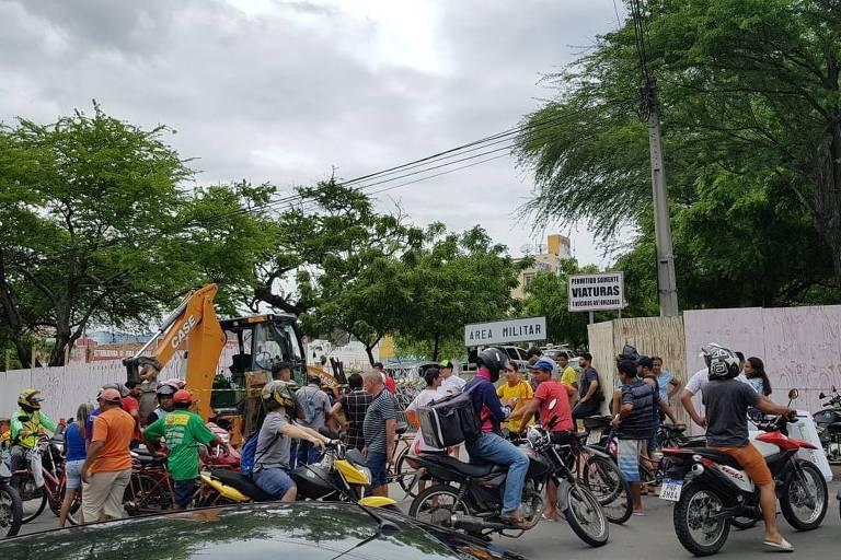 Trator em que o senador licenciado Cid Gomes foi baleado nesta quarta-feira (19) continua parado em frente ao 3° Batalhão da PM de Sobral e atrai muitos curiosos