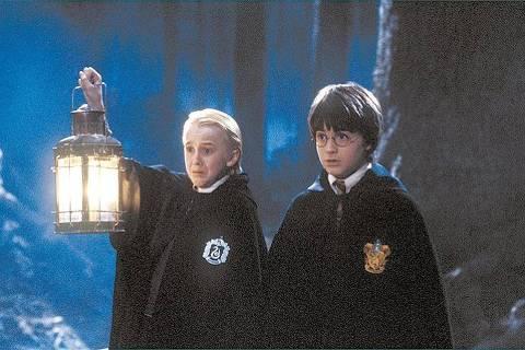 ORG XMIT: 442001_0.tif O ator Daniel Radcliffe (à dir.) na cena em que Harry Potter e Draco Malfoy entram na floresta, no filme
