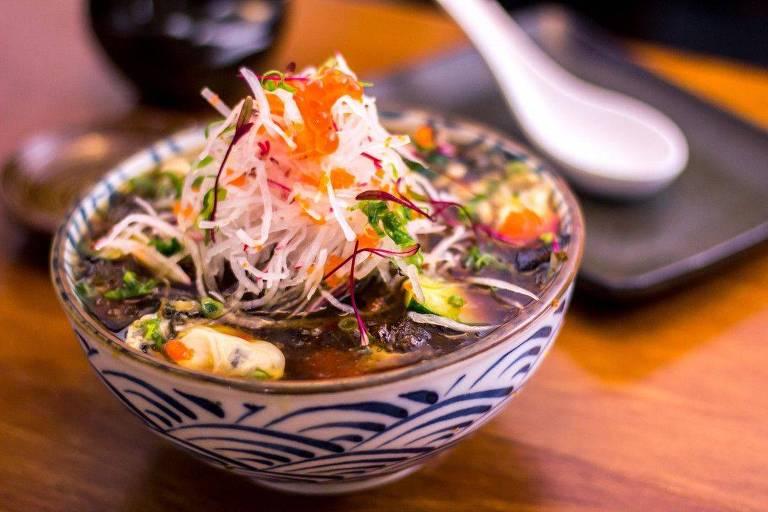 Sugaki: sopa gelada de ostras frescas, pepino e ovas ao molho ponzu servida no Wafu #1