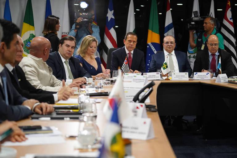 Maia (4º da esq. para a dir.), deputados e governadores, incluindo Doria (6º) e Witzel (8º), em reunião
