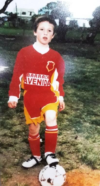 Matías Viña, em foto da infância, com o uniforme do Club Unión, onde deu seus primeiros passos no futebol na cidade natal de Empalme Olmos. Uruguaio integrou a seleção do município e depois, já atuando pelo Ferrocarrilero, integrou a seleção do departamento de Canelones