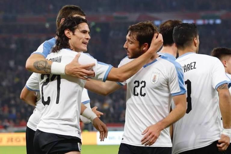 Edinson Cavani abraça Viña após assistência do lateral na vitória sobre a Hungria, por 2 a 1, em amistoso