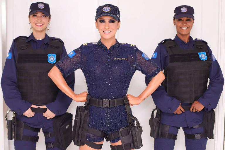 Claudia Leitte vestida de policial em homenagem em Salvador