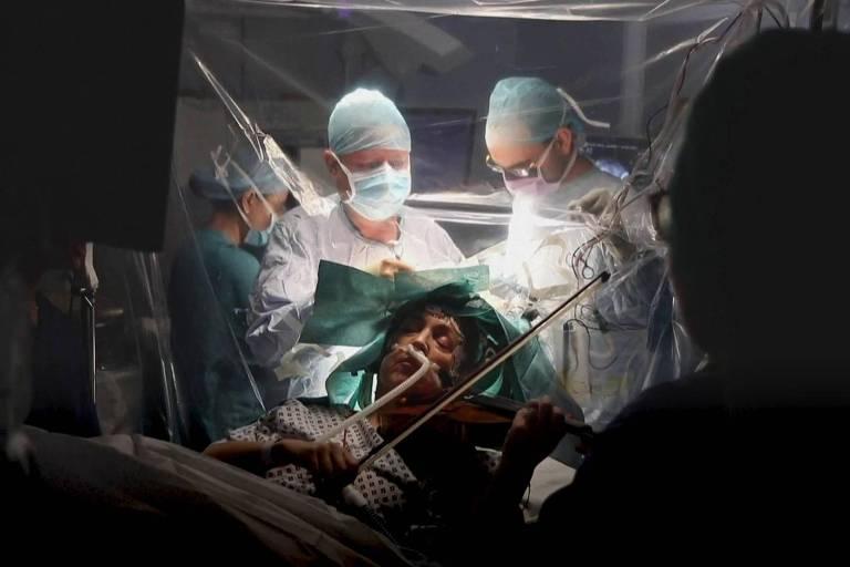 Paciente toca violino durante cirurgia no cérebro