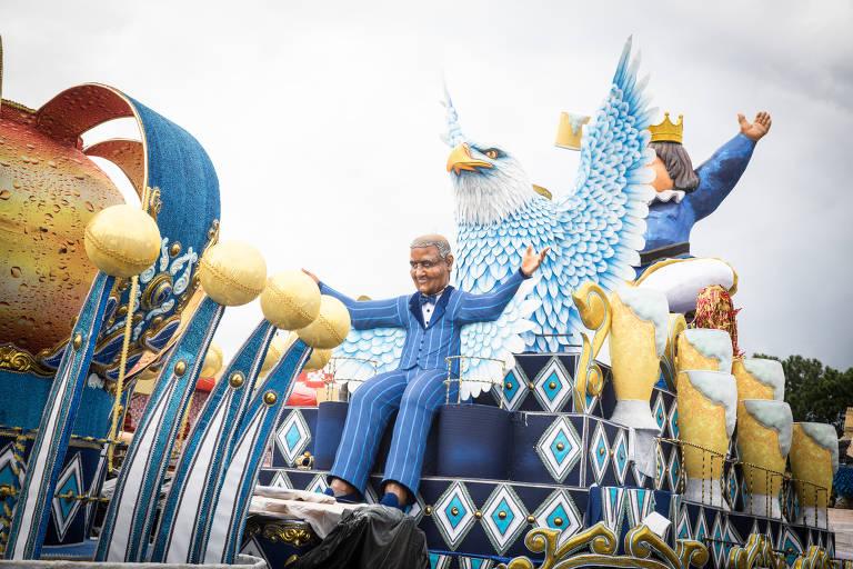 Escolas de samba dão últimos retoques nos carros alegóricos para desfile em SP