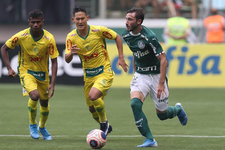 O jogador Matías Viña, do Palmeiras, disputa bola com o jogador Chico, do Mirassol, durante partida válida pela sexta rodada do Campeonato Paulista, no Allianz Parque