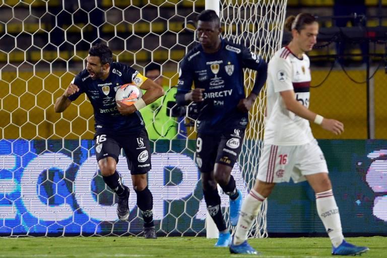 Pellerano (com a bola) comemora o gol de pênalti, marcado com a ajuda do VAR, que garantiu o empate do Independiente del Valle com o Flamengo, pela Recopa