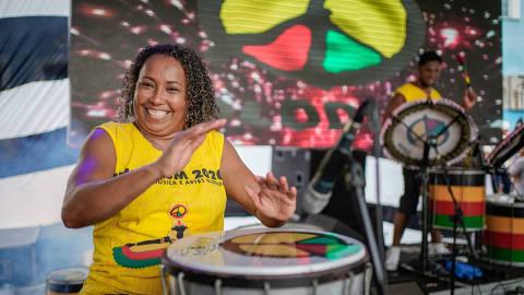 SALVADOR, BA - 18.02.2020: PRIMEIRA MULHER A COMANDAR O OLODUM - Percussionista de Salvador é a primeira mulher maestrina de um bloco afro do mundo. A musicista Andréia Silva Reis, 44 anos, vai comandar 200 percussionistas do Olodum durante o carnaval da Bahia de 2020. Andreia é uma das primeiras mulheres integrantes do Olodum, bloco afro que tem mais de 40 anos de existência. Em agosto de 1987 ela entrou no grupo após ser vista por um de seus mais importantes membros, Neguinho do Samba, que a flagrou batucando em baldes no meio da rua e a convidou para aprender percussão no grupo. No mesmo período, Andreia tinha uma pequena banda que fazia sons com latas e baldes e foi chamada para fazer a inscrição para se aperfeiçoar no instrumento. Segundo o relato da mesma, foi o próprio Neguinho do Samba que ordenou a aceitação dela e de outras amigas no Olodum, que, no início, as faziam treinar à parte dos outros integrantes até se aprimorar e só aceitava homens em seu quadro de músicos. Este ano, o bloco faz uma homenagem às mulheres com o tema