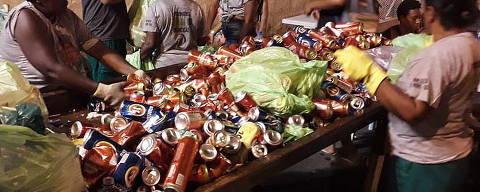 Catadores de materiais recicláveis contratados organizam as latinhas coletadas durante os ensaios técnicos das Escolas de Samba da Sapucaí, no Rio