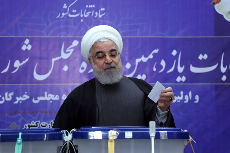 Hassan Rouhani deposita cédula em urna