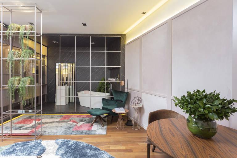 O apartamento de 35,70 m² em São Paulo ganhou uma divisória toda vazada e que funciona como estante entre o quarto e o closet no projeto de Henrique Freneda