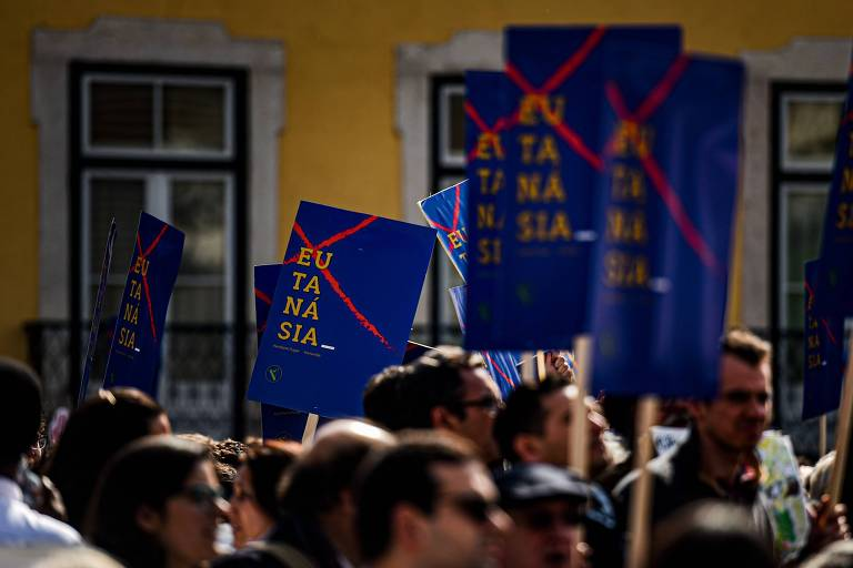 Manifestantes protestam contra a eutanásia, perto do Parlamento em Lisboa