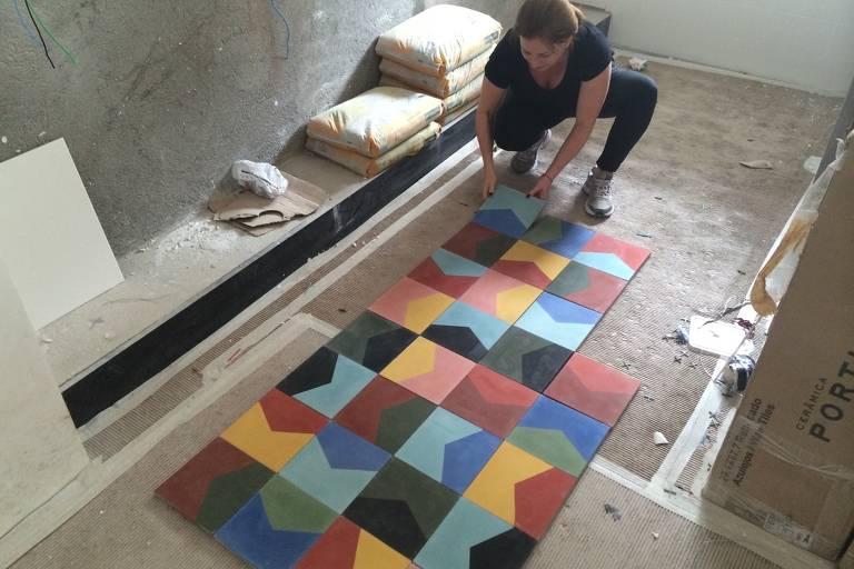 A arquiteta Karina Korn monta painel colorido que compõem cozinha de apartamento em Perdizes completamente reformado; o primeiro passo para uma reforma sem estresse é fazer bom planejamento, com cronograma detalhado das etapas, recomenda Korn