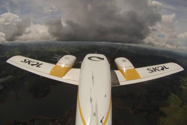 Avião com a marca da Skol que fará o bombardeamento das nuvens em SP