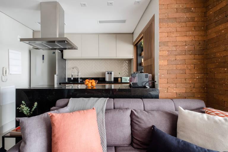 Apartamento no Brooklin, zona sul de São Paulo, reformado pela Em Canto Meu, que tem 30 arquitetos na equipe