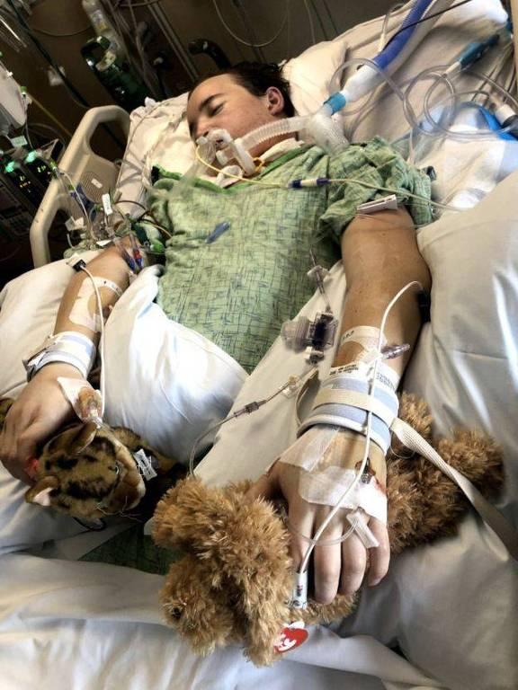 Daniel no hospital, com máquina respiratória