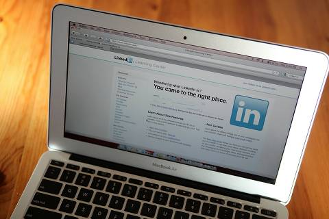 ORG XMIT: JS003 SAN ANSELMO, CA - JANUARY 27: In this photo illustration, the LinkedIn logo is displayed on the screen of a laptop computer on January 27, 2011 in San Anselmo, California. Social networking internet site LinkedIn Corp. filed documents with the U.S. regulators for an initial public offering. (Photo Illustration by Justin Sullivan/Getty Images/AFP == FOR NEWSPAPERS, INTERNET, TELCOS & TELEVISION USE ONLY ==
