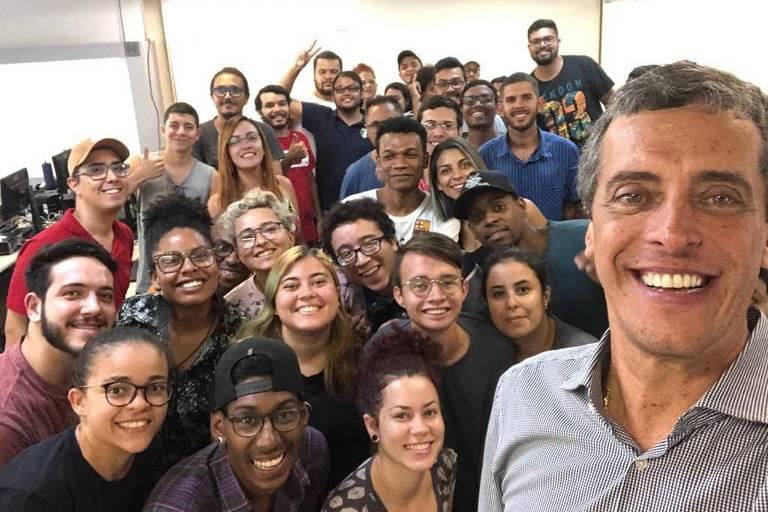 O fundador da Recode, Rodrigo Baggio, acompanhado por jovens impactados pelo negócio social