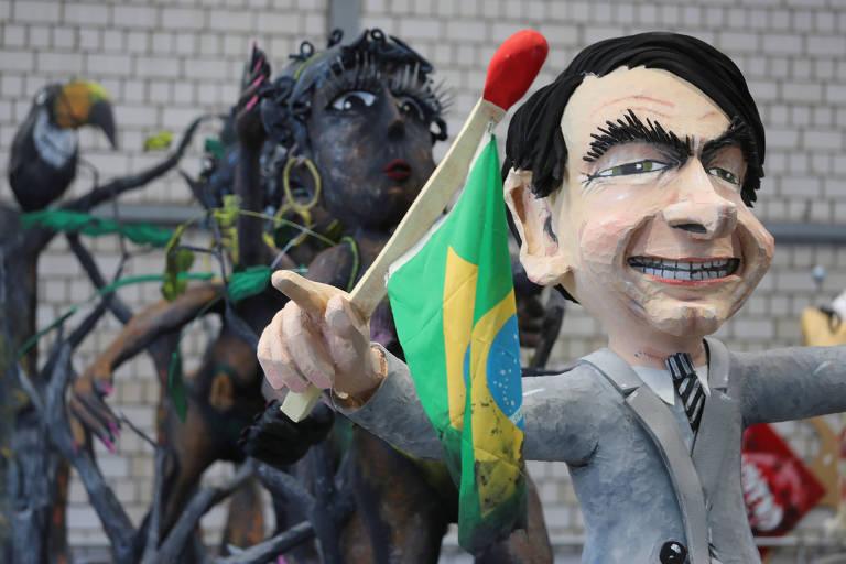 Carro alegórico do Carnaval de Colônia mostra boneco de Jair Bolsonaro segurando palito de fósforo, em uma crítica às queimadas na Amazônia
