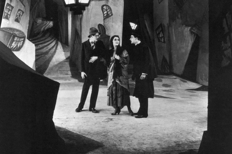 Cena de 'O Gabinete do Dr. Caligari', filme cuja estética inovadora, representada na imagem acima pelo cenário de geometria irregular, é um marco do expressionismo no cinema