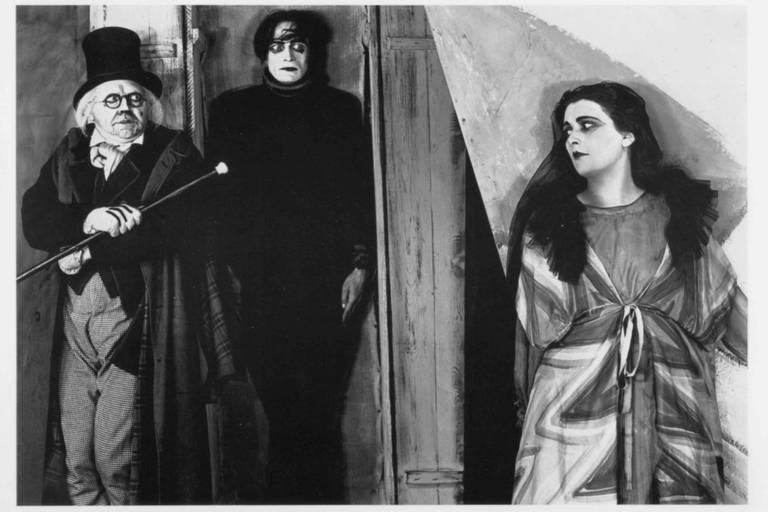 "Cena de ""O Gabinete do Dr. Caligari"", de Robert Wiene"