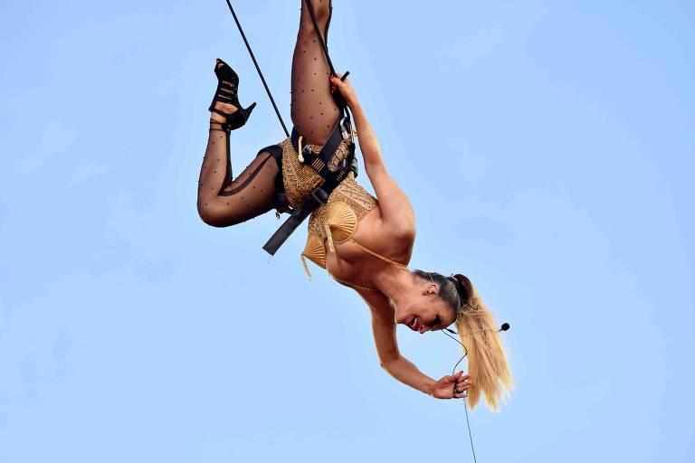 Claudia Leite 'voa' durante o Carnaval de Salvador