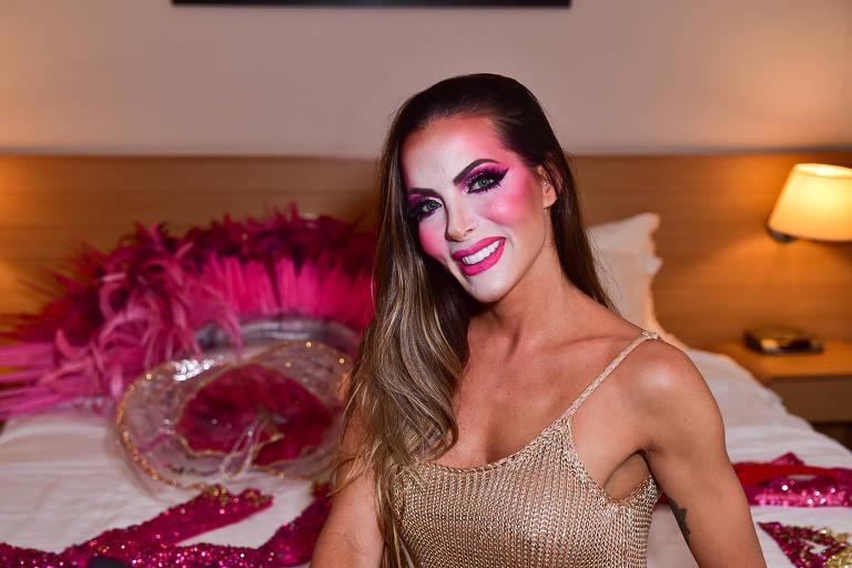 Carla Prata que desfilará pela Dragões da Real recebe a imprensa no hotel momentos antes de desfilar no Anhembi em São Paulo