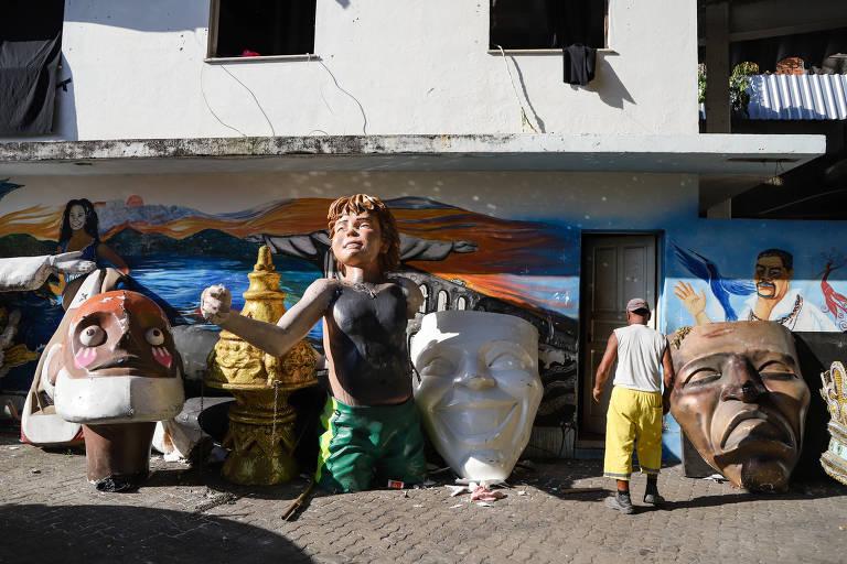 Barracão das escolas da Intendente Magalhães, que receberam esse ano apoio do prefeito do Rio, Marcelo Crivella