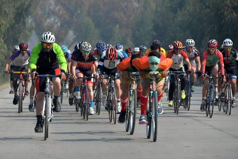 Ciclistas voltados em direção à câmera