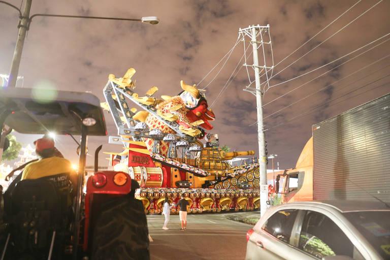Carro alegórico da Dragões da Real esbarra em fios de alta tensão e atrasa desfiles no Anhembi, em SP