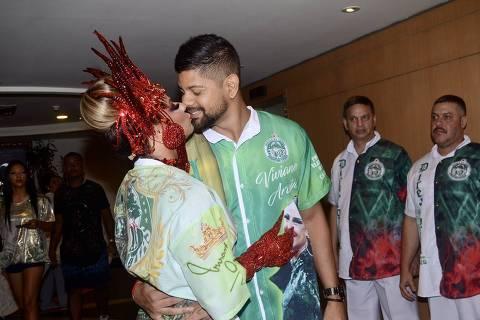 Viviane Araujo beija namorado Guilherme Militão antes de desfilar no Sambódromo