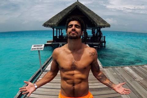 Caio Castro exibe boa forma em foto de viagem para Maldivas