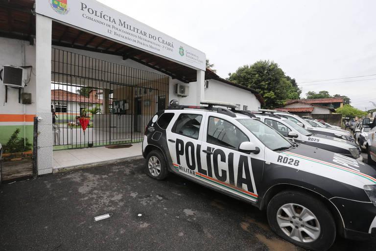 Viaturas paradas em frente a batalhão em Fortaleza na quinta-feira (20)
