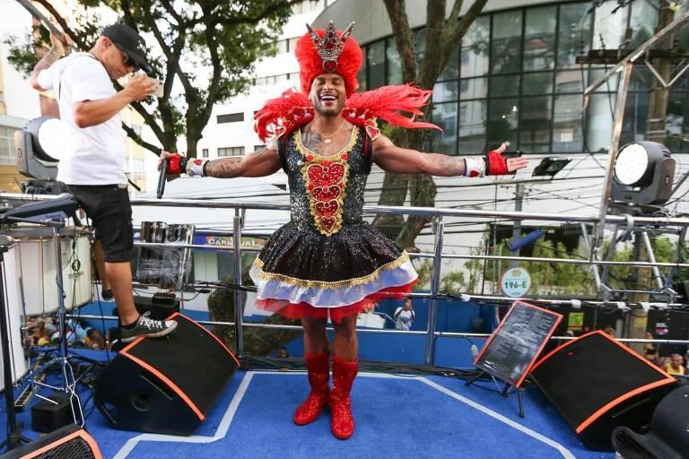 """A banda Parangolé está na Avenida comandando o bloco As Muquiranas, que neste ano tem como tema """"O País das Maravilhas"""", fantasiado de Rainha de Copas, o cantor Tony Salles arrasta milhares de foliões com os sucessos do Parangolé!"""