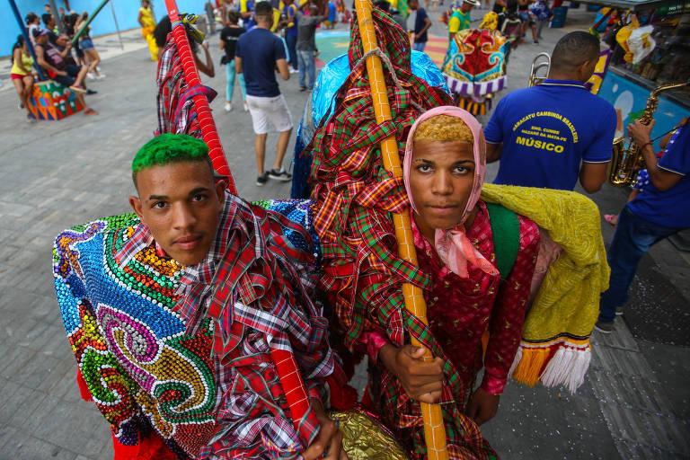 Foliões fantasiados desfilam pelas ruas no Recife Antigo