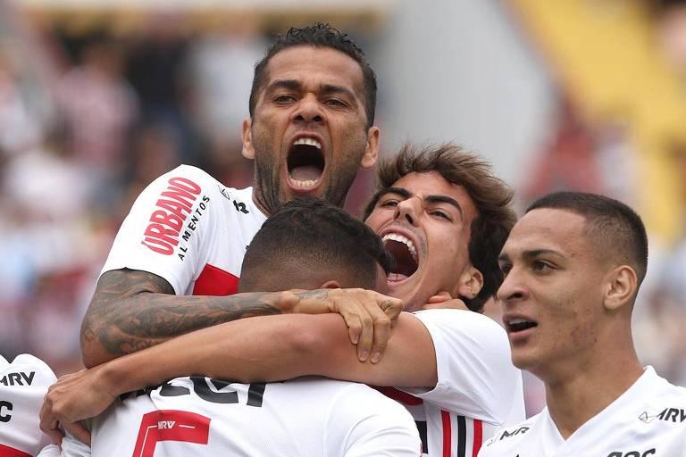 Daniel Alves (no alto) comemora o seu primeiro gol com os companheiros, na vitória por 4 a 0 sobre o Oeste, em Barueri, pelo Campeonato Paulista