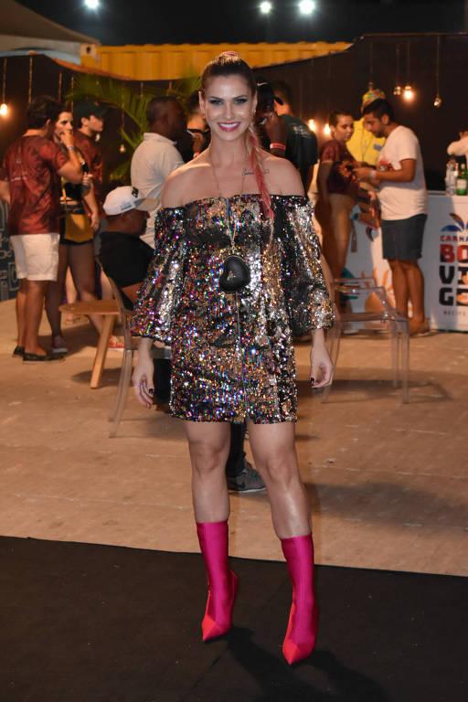 A esposa de Gusttavo Lima, Andressa Suita, chegou atrasada para o início do show do marido no carnaval Camarote Boa Viagem, no Recife, em Pernambuco, na noite deste sábado 22