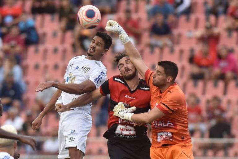 Lucas Veríssimo tenta se antecipar ao goleiro do Ituano Pegorari, do Ituano; Peixe jogou muito mal novamente e perdeu fora de casa pelo Paulistão