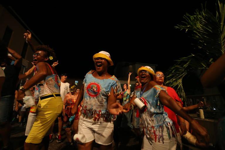Foliões curtem atrações na Praça Pedro Arcanjo no Pelourinho