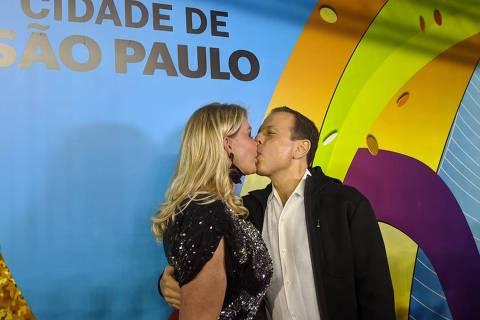 'Era tudo fofoca', diz Bia Doria ao chegar de mãos dadas com João no Carnaval