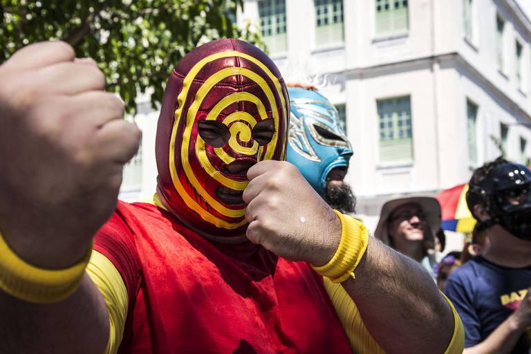 O grupo Mucha Lucha arma um ringue na saída do bloco Enquanto isso na Sala de Justiça e provocam uma luta entre super-hérois, no Alto da Sé em Olinda
