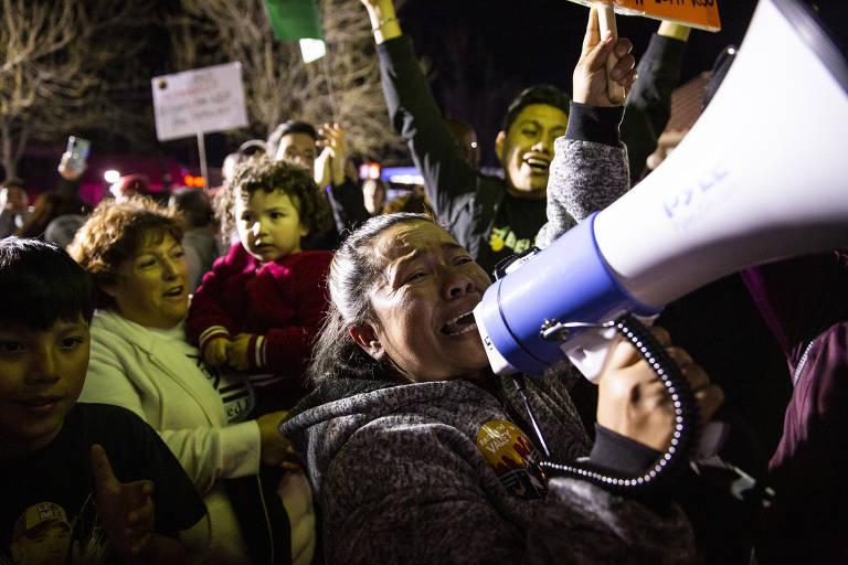 Maribel Ramirez protesta contra a construção de novas instalações de detenção de imigração em McFarland, Califórnia