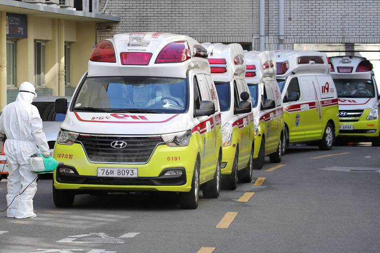 Ambulâncias carregam pacientes com covid-19 em Daegu, no domingo (23)